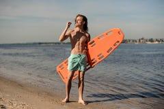 Красивая сексуальная личная охрана пляжа стоя на зашкурит с жизн-sav Стоковые Изображения