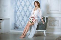 Красивая сексуальная дама в элегантной белой робе Стоковые Изображения