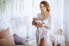 Красивая сексуальная дама в элегантной белой робе Стоковая Фотография