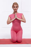Красивая сексуальная белокурая совершенная атлетическая тонкая диаграмма приниманнсяые за йога, тренировка или фитнес, водит здор Стоковая Фотография
