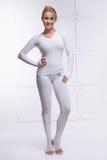 Красивая сексуальная белокурая совершенная атлетическая тонкая диаграмма приниманнсяые за йога, тренировка или фитнес, водит здор Стоковые Фото