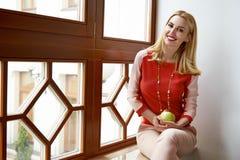 Красивая сексуальная бизнес-леди одевает улыбку собрания совершенную Стоковые Изображения
