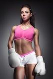 Красивая сексуальная девушка боксера одетая в перчатках; Стоковое фото RF