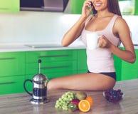 Красивая сексуальная девушка в кухне Стоковые Изображения RF