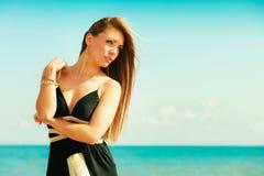 Красивая сексуальная девушка на seashore Стоковые Изображения RF