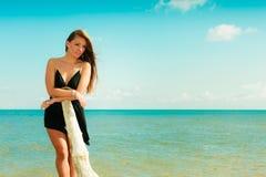 Красивая сексуальная девушка на seashore Стоковые Изображения