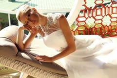 Красивая сексуальная девушка с светлыми волосами в элегантном платье свадьбы Стоковое Фото