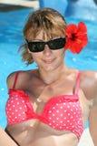 Красивая сексуальная женщина в бикини на бассейне стоковые фотографии rf