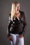 Красивая сексуальная женщина в куртке лижа губы Стоковое Фото