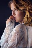 Красивая сексуальная женщина в мантии и женское бельё ночи стоковое фото rf