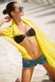 Красивая сексуальная женщина ослабляет на тропическом пляже Стоковые Изображения