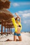 Красивая сексуальная женщина ослабляет на тропическом пляже Стоковое фото RF