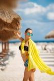Красивая сексуальная женщина ослабляет на тропическом пляже Стоковые Фото