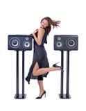 Красивая сексуальная женщина представляя с звуковым оборудованием Стоковые Фотографии RF