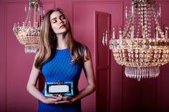 Красивая сексуальная милая фотомодель w девушки женщины светлых волос стороны Стоковое Изображение RF