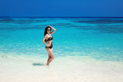 Красивая сексуальная модель девушки бикини солнц-загорела на тропическом пляже O Стоковые Фотографии RF