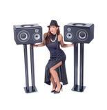 Красивая сексуальная молодая женщина представляя с звуковым оборудованием Стоковые Изображения