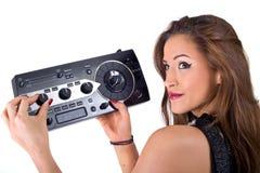 Красивая сексуальная молодая женщина представляя с звуковым оборудованием. Стоковые Изображения