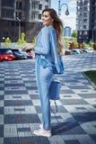 Красивая сексуальная прогулка бизнес-леди девушки в стиле улицы Стоковые Фотографии RF