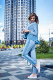Красивая сексуальная прогулка бизнес-леди девушки в стиле улицы Стоковое Изображение RF