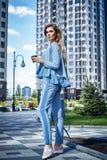 Красивая сексуальная прогулка бизнес-леди девушки в стиле улицы Стоковое фото RF