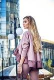 Красивая сексуальная прогулка бизнес-леди девушки в стиле улицы Стоковое Изображение