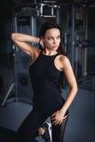 Красивая сексуальная разминка девушки в спортзале Стоковая Фотография RF
