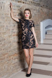 Красивая сексуальная элегантная женщина с ярким составом в платье вечера для события, Новый Год, всход моды для одежды Стоковые Фото