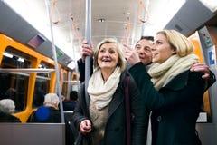 Красивая семья в зиме одевает путешествовать метро Стоковые Изображения RF