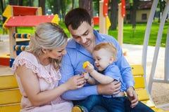 Красивая семья идя в парк Стоковая Фотография