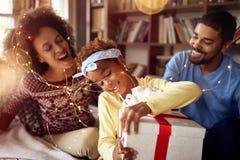 Красивая семья наслаждаясь их временем праздника совместно, меньший gi стоковое изображение