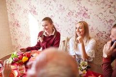 Красивая семья празднуя рождество на таблице на светлой предпосылке концепция единения семьи Стоковая Фотография RF
