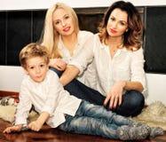 Красивая семья сидя на ковре меха на камине Стоковые Изображения RF