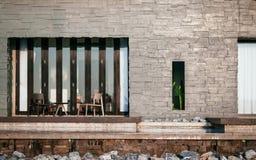 Красивая серая каменная стена виллы каникул с балконом  Стоковое Фото