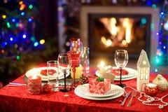 Красивая сервировка стола для торжества рождественской вечеринки или Нового Года дома Уютная комната с камином и рождественской е стоковая фотография
