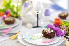 Красивая сервировка стола с посудой и цветками для торжества пасхи Стоковое Изображение