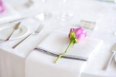 Красивая сервировка стола с посудой и цветками для партии, приема по случаю бракосочетания или другого праздничного события стоковое изображение rf