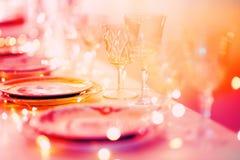 Красивая сервировка стола с посудой для партии, приема по случаю бракосочетания или другого праздничного события стоковая фотография