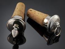 Красивая серебряная пробочка бутылки на черной предпосылке Стоковая Фотография RF