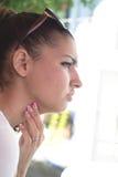 Красивая серьезная девушка с розовым маникюром Стоковые Изображения