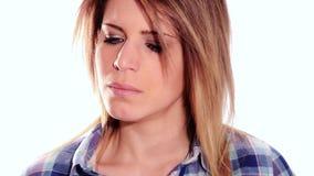 Красивая сердитая девушка видеоматериал