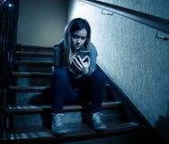 Красивая сиротливая маленькая девочка отжала и потревожилась страдать от задирать и домогательство на школе стоковое фото rf