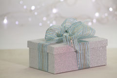 Красивая сияющая подарочная коробка Стоковые Фотографии RF