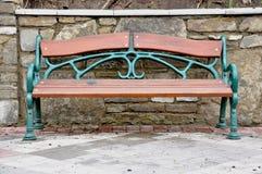 Красивая скамейка в парке стоковая фотография rf