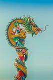 Красивая скульптура дракона на китайской крыше павильона в c Стоковые Фото