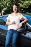 Красивая склонность женщины на автомобиле Стоковые Изображения RF