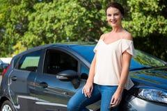 Красивая склонность женщины на автомобиле Стоковое фото RF