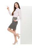 Красивая склонность женщины против большого белого плаката Стоковые Изображения RF