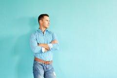 Красивая склонность человека против стены Стоковые Фотографии RF