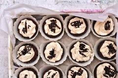 Красивая сливк шоколада предусматривала пирожные в белой связанной коробке с веревочкой на конкретной предпосылке стоковое изображение
